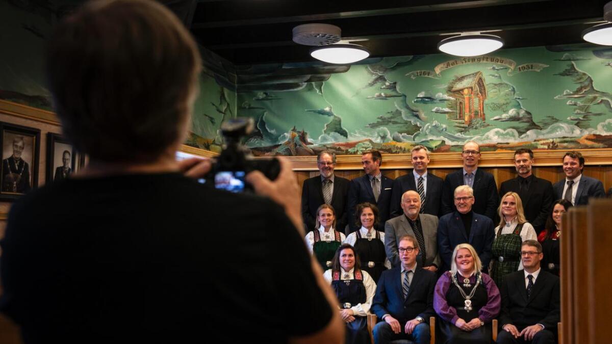 Kleskode og høgtideleg fellesfotografering med fotograf Ole Johs. Brye før siste kommunestyremøte i Ål denne perioden. I oktober skal det nye kommunestyret for 2019-2023 konstituerast.