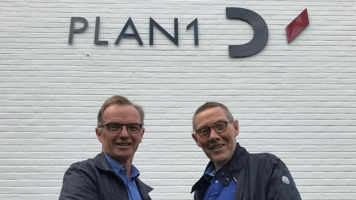 Daglig leder Knut Andersen (t.v.) i Plan1 kjøper Romerike Arkitekter AS av Ole Bjarne Folmo.