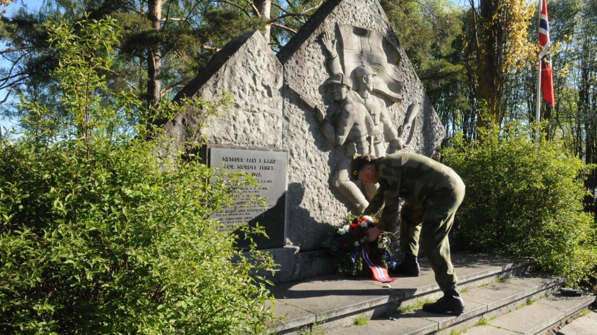Svein Lunde, områdesjef Nes HV-område, hedret nesbuene som falt under andre verdenskrig.