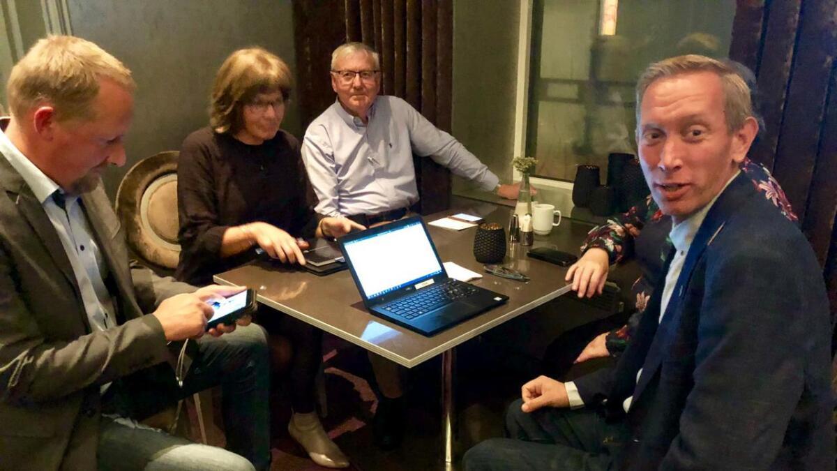 Forhandlingsledere Terje Eikin (KrF) og Gunvor Birkeland (Sp) leder samtaler på Ernst hotel i Kristiansand sent mandag kveld.