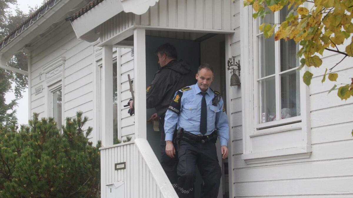 Politiet søker gjennom huset etter melding om mistenklig aktivitet.