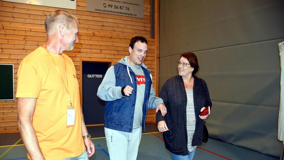 Pål Bach hjalp Jens Magne inn i stemmebåsen, og mamma Helen fulgte med.