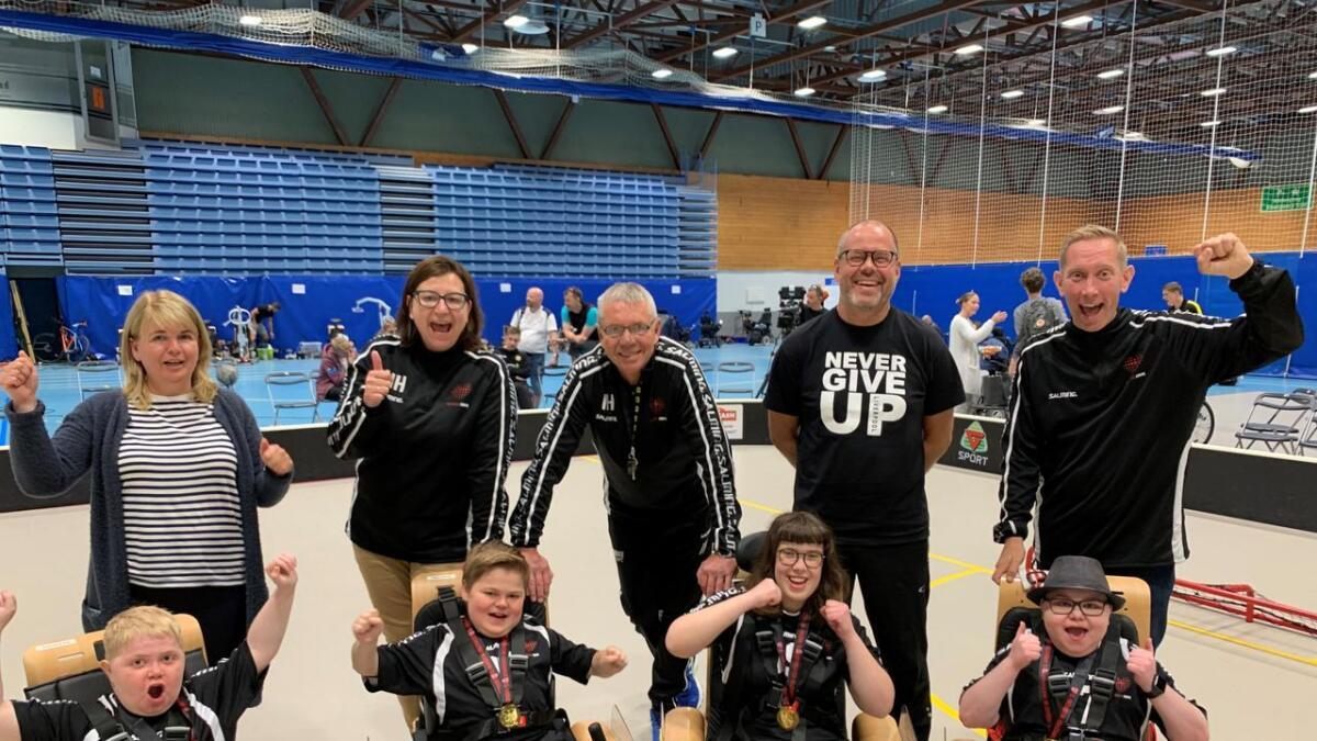 Arendals sølvlag jubler sammen med sine støttespillere. Ole Haukom fra Lillesand (nede til høyre) er kaptein på laget.