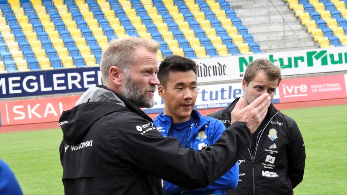 Hovedtrener Arne Sandstø blir værende i FK Jerv i totalt sju sesonger med den nye avtalen som partene er enige om. Han var på utgående kontrakt i høst. Her er Sandstø på torsdagens trening sammen med Thomas Zernichow og hjelpetrener Jahn Robert Holmgren.