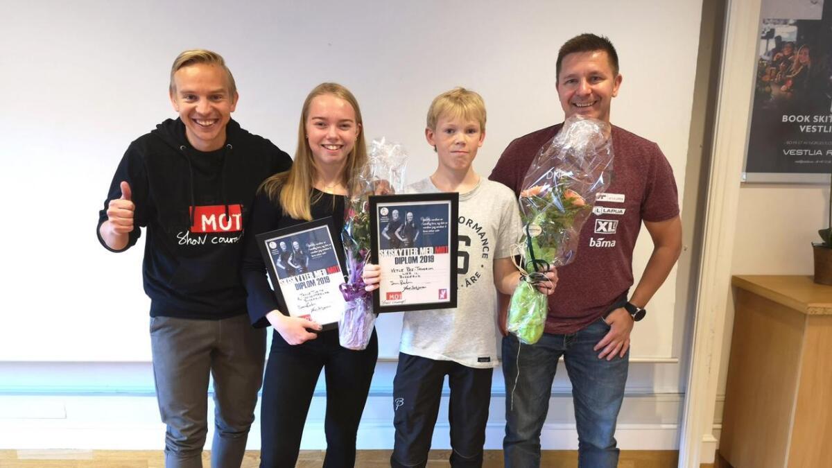 Tonje Tveito frå Ål fekk MOT-prisen i Buskerud. F.v. Sverre Ræder frå MOT, Vetle Ree-Trandum (Lier) og Jens Schjerven frå Norges skiskyttarforbund.