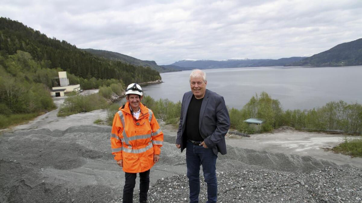Bak ryggen på Harald Storvik (t.v.) og Geir Allum Sørensen skal det bygges opp en             helt ny industri. Dessuten vil Bergmesteren Raudsand AS fylle ut i fjorden så området blir 30 mål større.