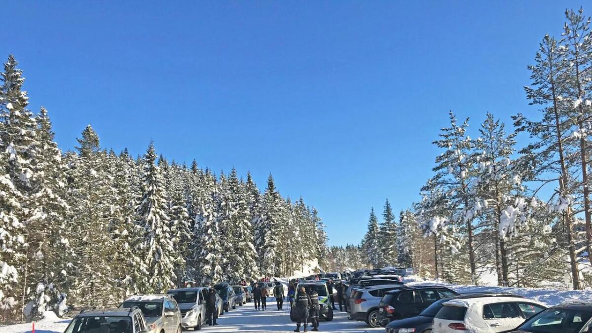Det har vært tjukt med biler langs Kjåvann på fine vinterdager de siste årene, noe som har bydd på utfordringer for andre bilister. Flere parkeringsplasser trengs. Arkivfoto