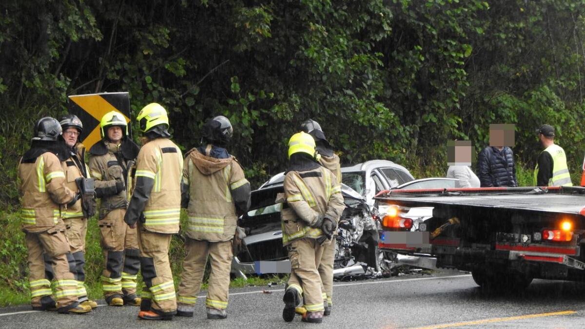 En personbil med fire personer kolliderte med et vogntog tirsdag ettermiddag.