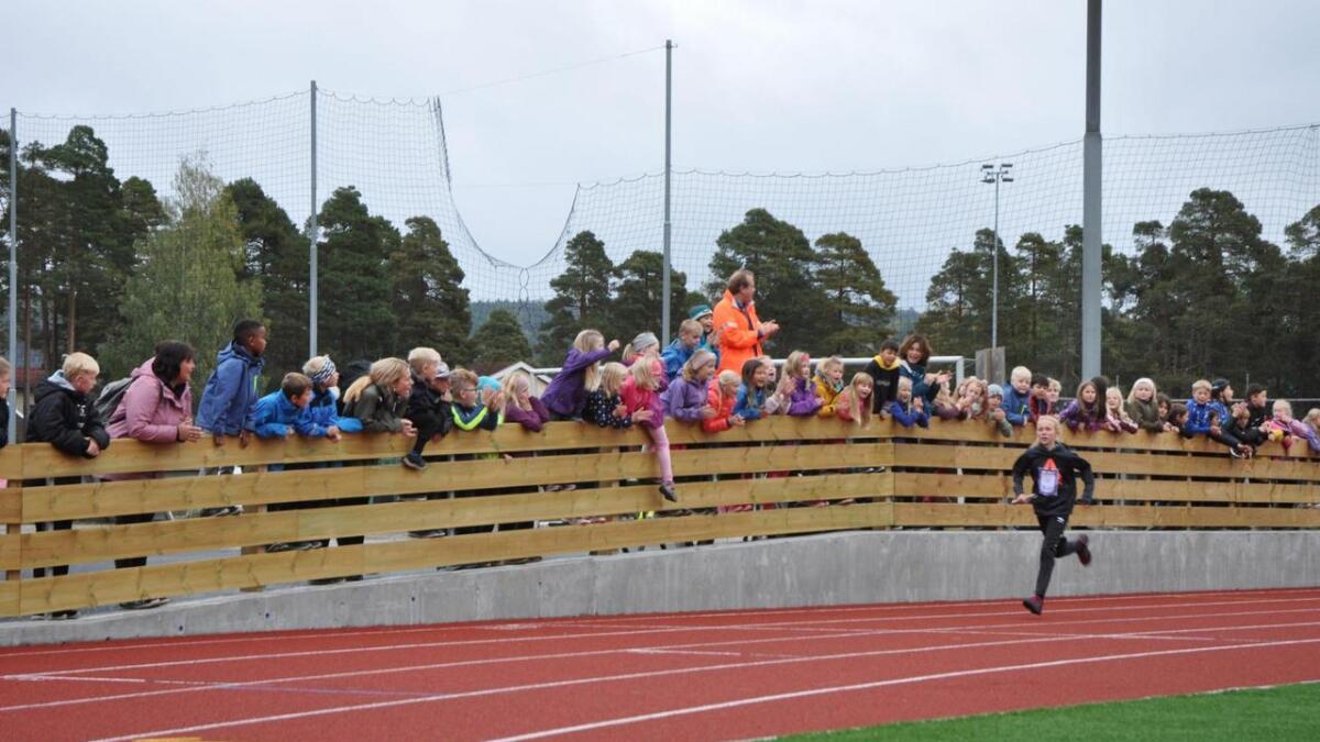 Sjarmøretappen ble løpt på den nye friidrettsbanen på Moseidmoen. Alle barneskolene var kommet for å innvie anlegget med en storstilt stafett.