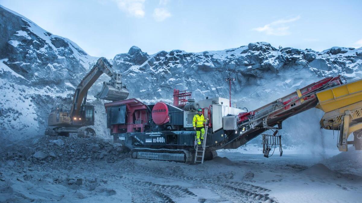 Svein Roar Solheim har knust stein i 40 år. Her står han framfor ein mobil grovknusar av typen Sandvik UJ440i.