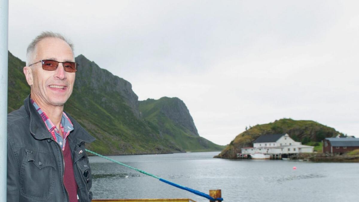Tor Andersen ved Straumsjøen, med Handkleppan i bakgrunnen, der mange starter sin vandring mot Vikan, Kjerringstranda og videre Åsand og Spjelkvågen.