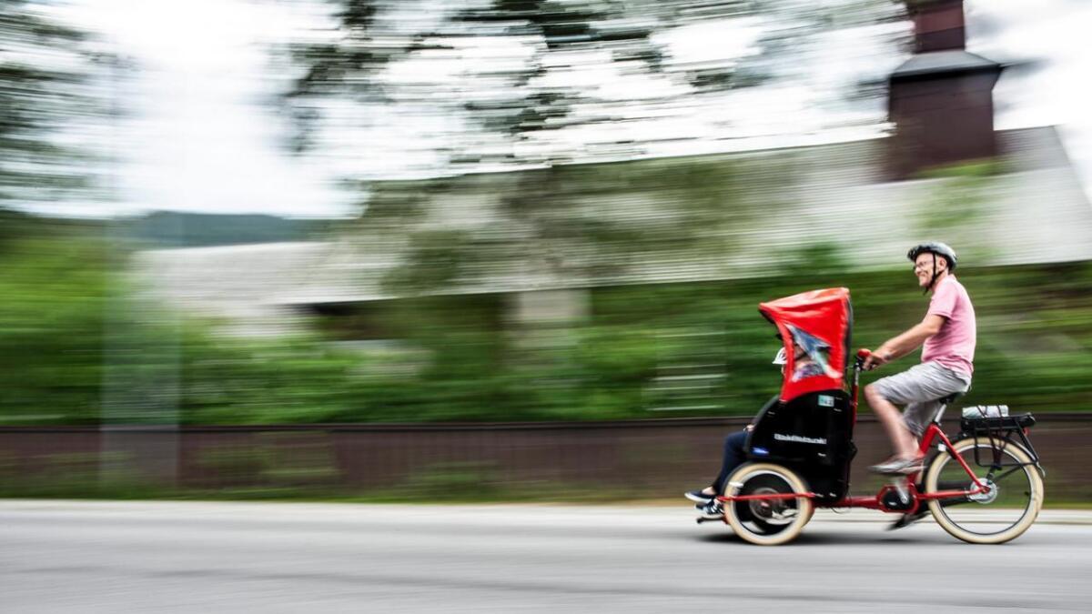 Rickshaw-pilot Rolf Sveinhaug gjev Karin Kristiansen og Anna Tolpinrud ein luftetur gjennom Ål sentrum.