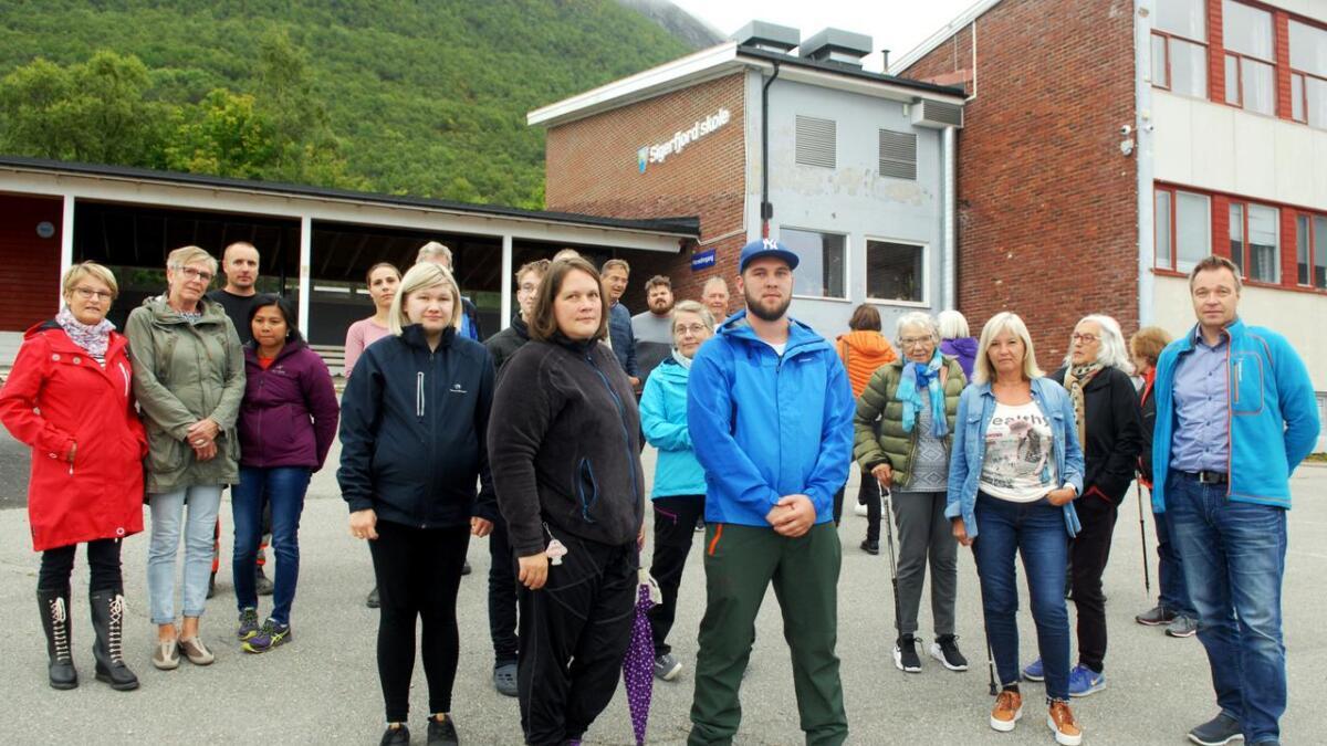 – Vi gir oss ikke! sier innbyggerne i Sigerfjord som vil beholde skolen sin. (Alle