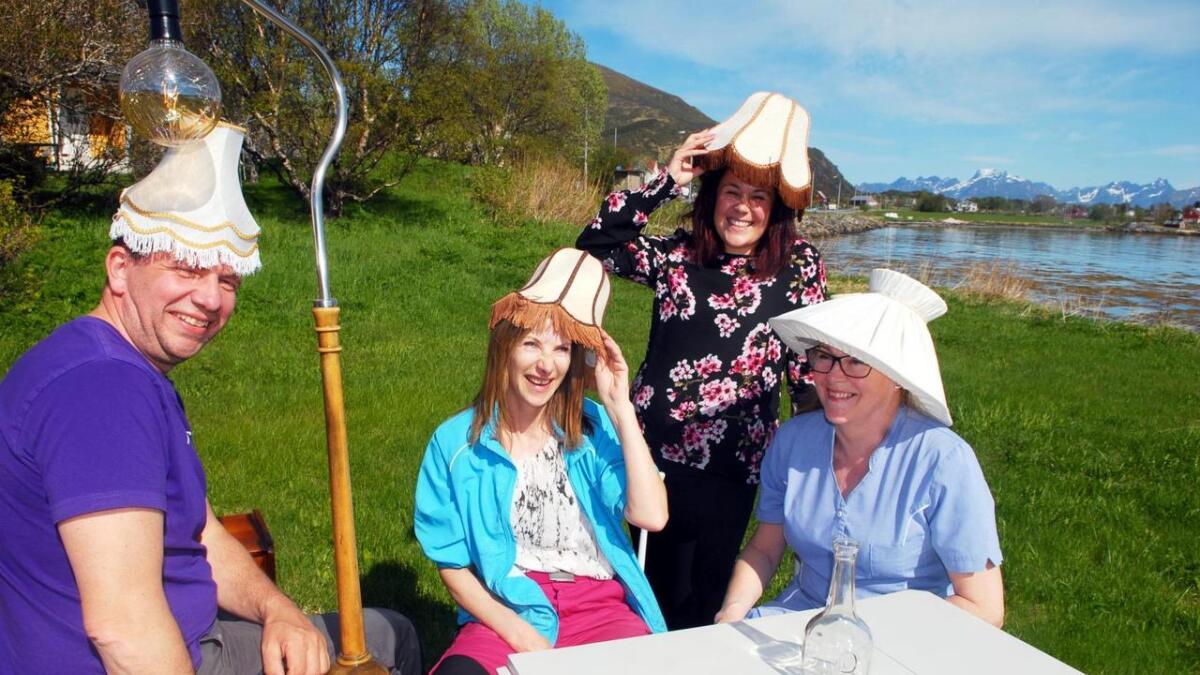 – Velkommen til gjenbruksdag på Melbu! F.v. Per Helge Kristoffersen, Berit Mediå, Kaja Munoz og Grethe Celius har det artig med gamle lampeskjermer.