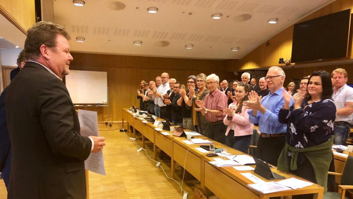 Arendal bystyre reiste seg og klappet for Øystein Djupedal, som er inne i programkomiteen for Arendalsuka for siste gang.