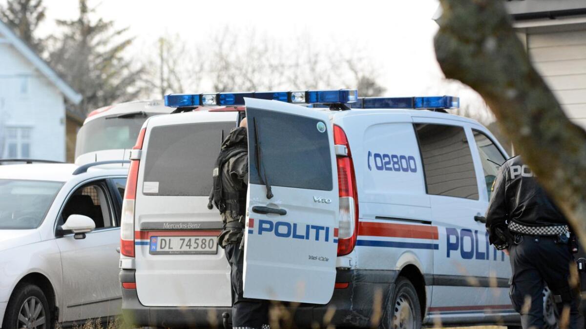 Politiet tok ingen sjansar, og måtte be om løyve til å væpna seg, etter fleire meldingar om skot i Sagvåg onsdag kveld.
