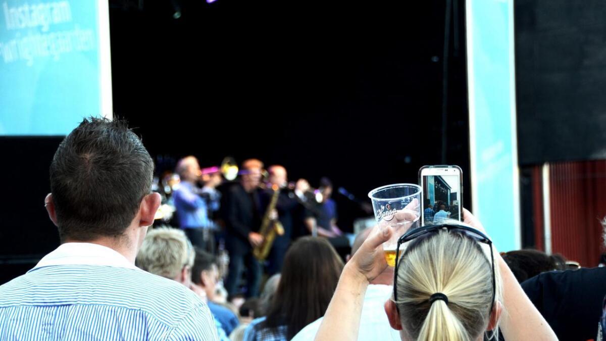 Her står vi og prø ver å drikke litt øl og sende en video på snapchat, og så skal dere på scenen komme og forstyrre. Illustrasjons