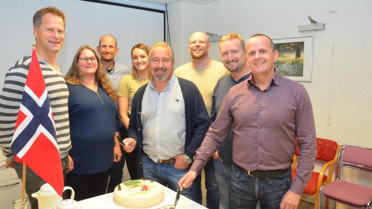 KV-ansatte kunne slippe jubelen løs fredag og feiret med kake i lunsjen!