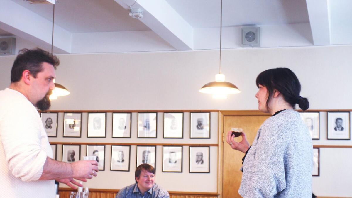 Kjartan Haugsnes (SV) og Hege Eide Vik (Sp) forhandlar, saman med Høgre, om ei ny politisk plattform i Vaksdal. Boris Groth (Frp) er i bakgrunnen. Han og partiet hans er ikkje med i desse forhandlingane.