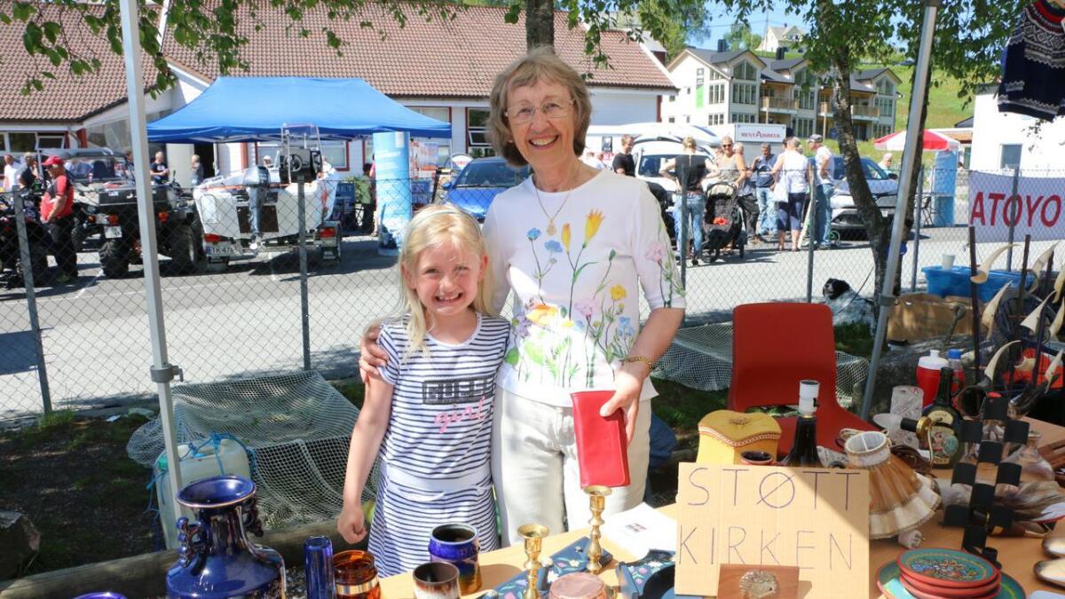 Karen Fure i lag med Isabella Løberg Reiertsen (7). – Vi samlar inn pengar til kyrkja, fortel Fure.
