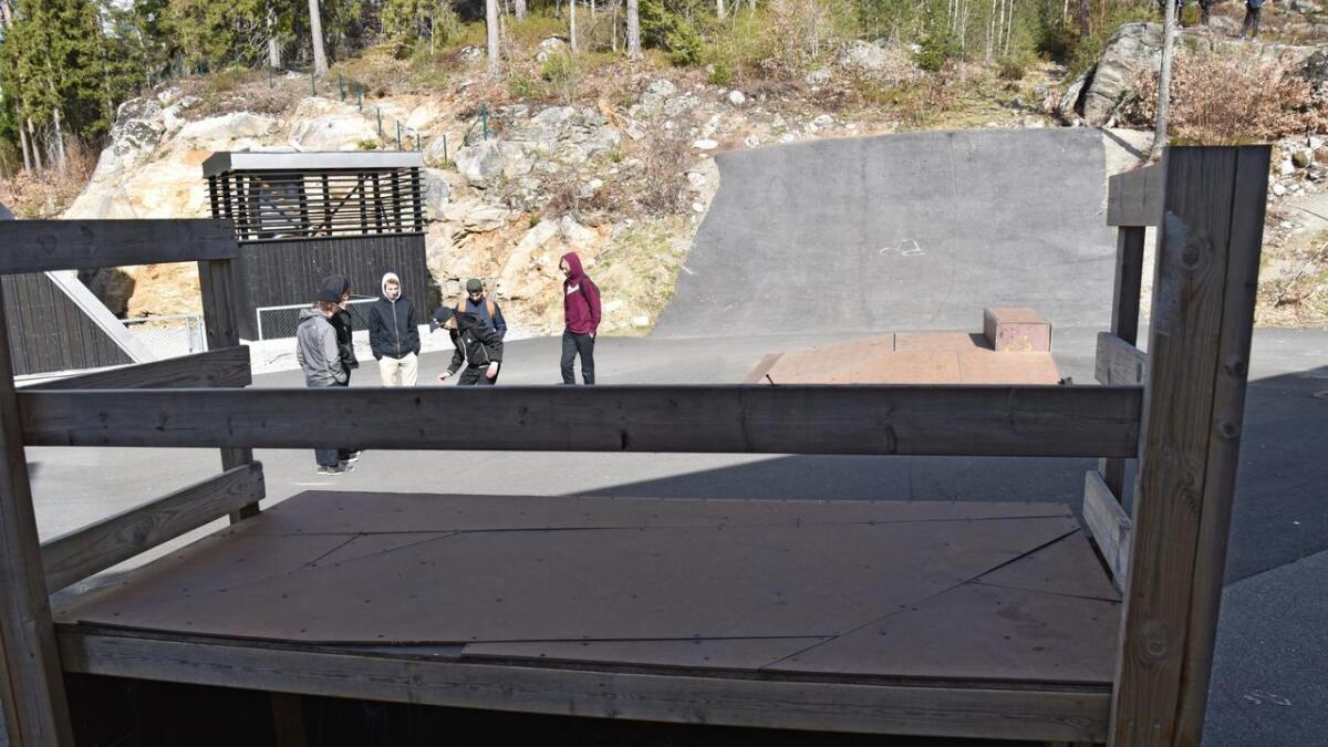 Skaterampa ved Vennesla ungdomsskole er lovet reparert i nærmeste framtid, men ungdommene tviler på vitsen med å reparere den. 8Arkiv