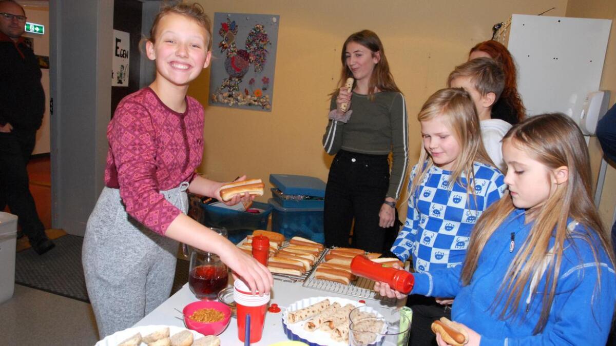 Aurora, Ingeborg, Ida Johanne og Vilja spiste pølse og brød i lunsjen. – Kjempeartig å være her, sa Aurora.