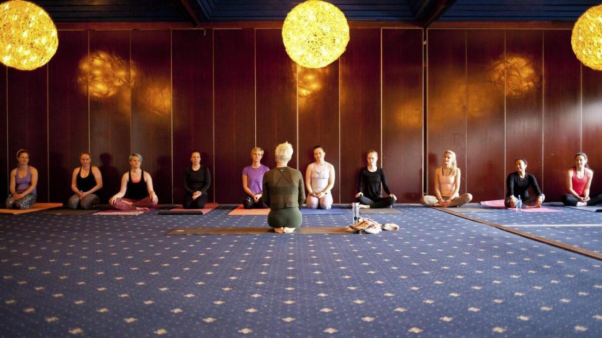 Ingunn Hagen er professor, psykolog, medieforskar, yoga- og meditasjonsutøvar. Ho meiner at yoga ikkje trugar vår tru eller verdiar, om dei er kristne eller ikkje. Biletet er frå yogafestivalen på Stord nyleg.