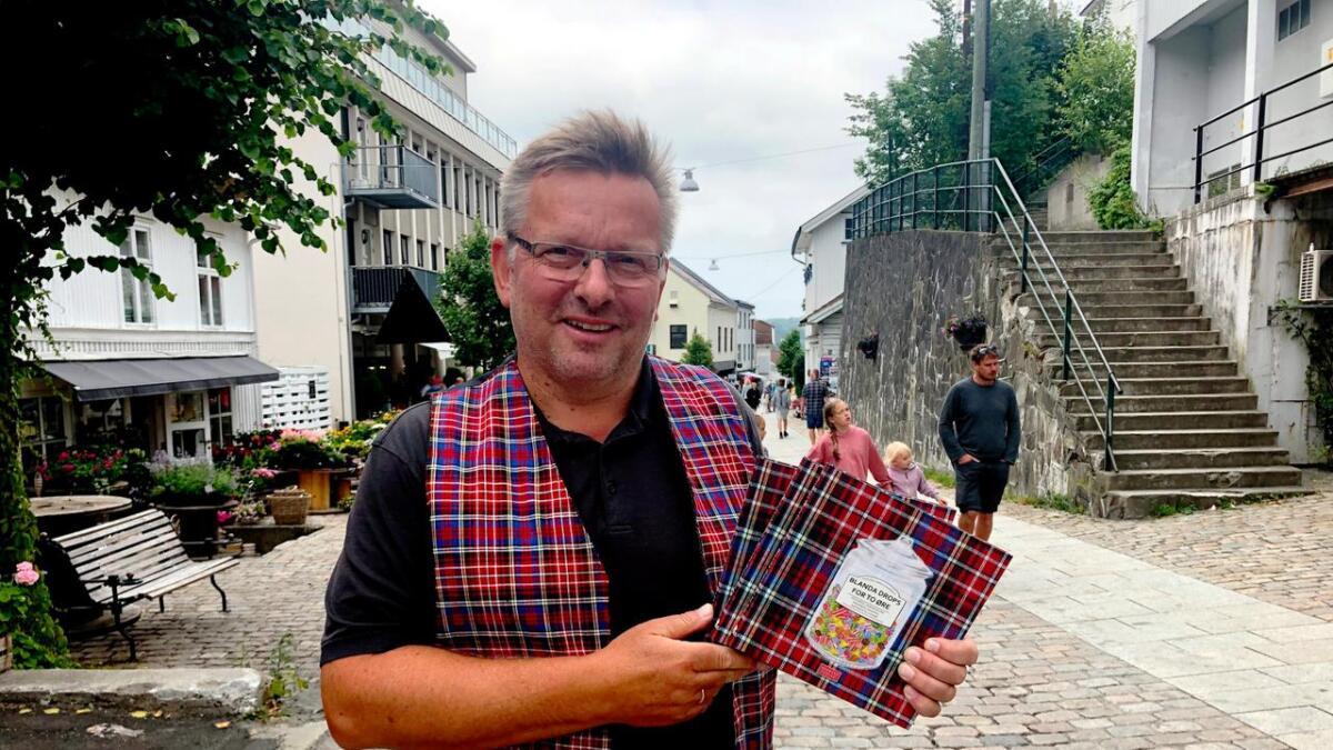 Gunder Christophersen med boka om landhandlere på Tvedestrands øyer. Her i bokbyen.
