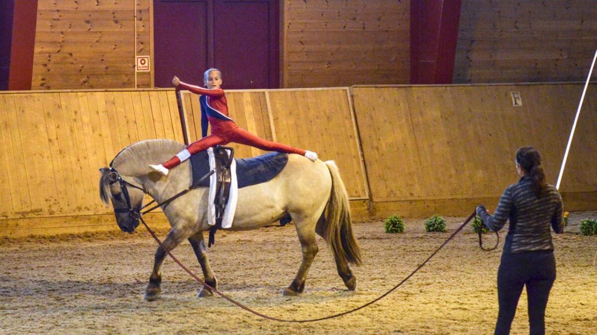 Mathilde Hatlevoll Gjennestad (9) fra Arendal på hesten Myrk.
