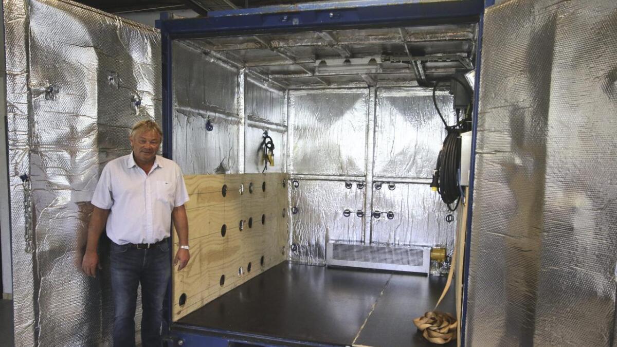 Størksen viser fram dei spesiallagde containerane som er isolerte og inneheld omnar.