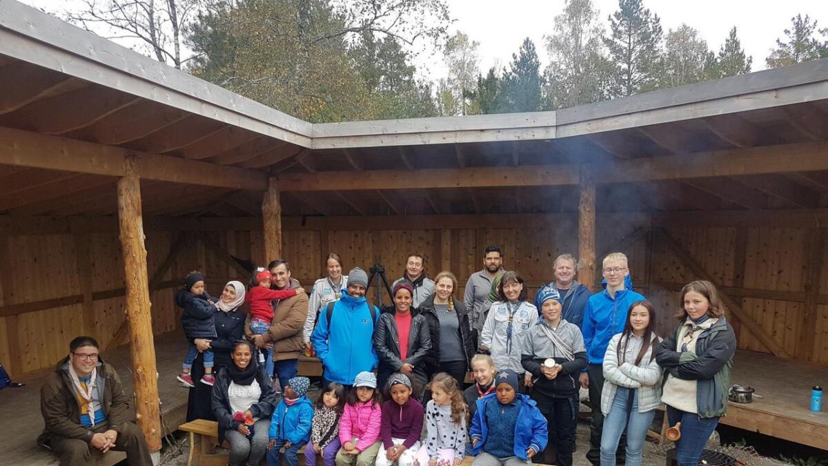 Hyggelige samtaler rundt bålet og leker i skog og mark er en fantastisk fin måte å bli kjent på, ifølge Tone Falkenhaug i Lillesand speidergruppe. Her alle som var med på turen til Savemyr søndag.BEGGE