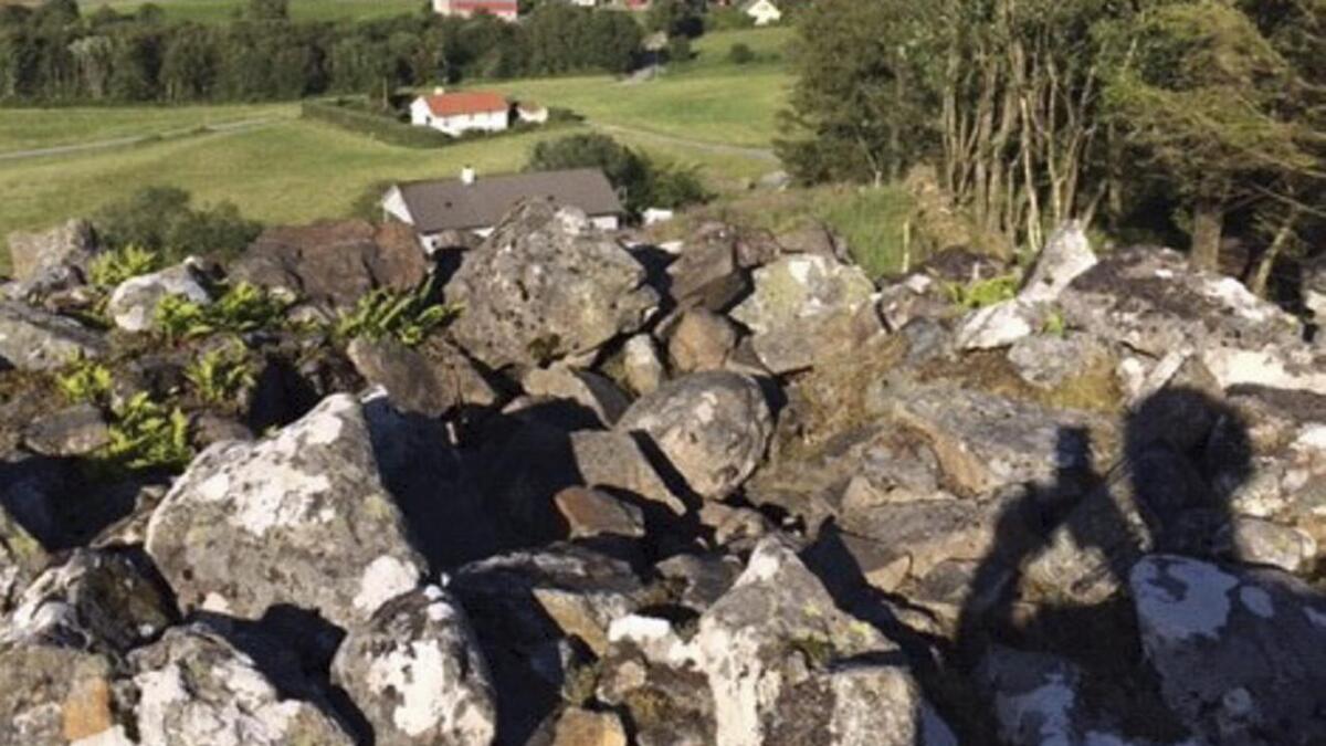 Slik ser det ut ertter at nokon har teke seg til rette i grvrøysa på Rimsvarden i Fitjar.