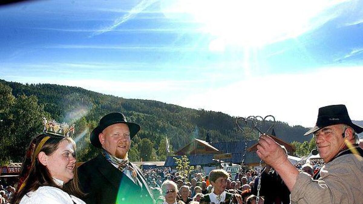 Øyvind Klausen har smidd mellom 70 og 80 ektepar i hymens lenker. Her har han smidd ekteparet Dag Rune Mathisen og Janne Mathisen på Dyrsku´n i 2005.