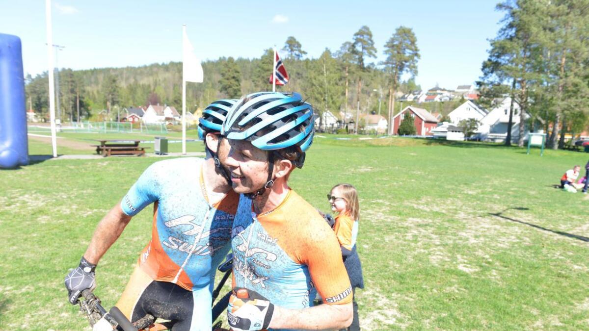 Vidar Mehl (t.v.) kom på andreplass og gratulerte vinneren og lagkamerat Fredrik Haraldseth med seieren. Begge representerer Hard Rocx Swix.