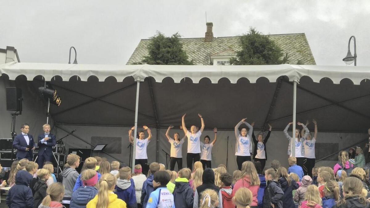 Det var god stemning på opningsshowet på torget på Svortland fredag. Det var underhaldingsinnslag av elevar frå kulturskulen. To gutar på 13 år, David Steinsland (t.v.) og Pål Hollund Esperø var konferansierar.