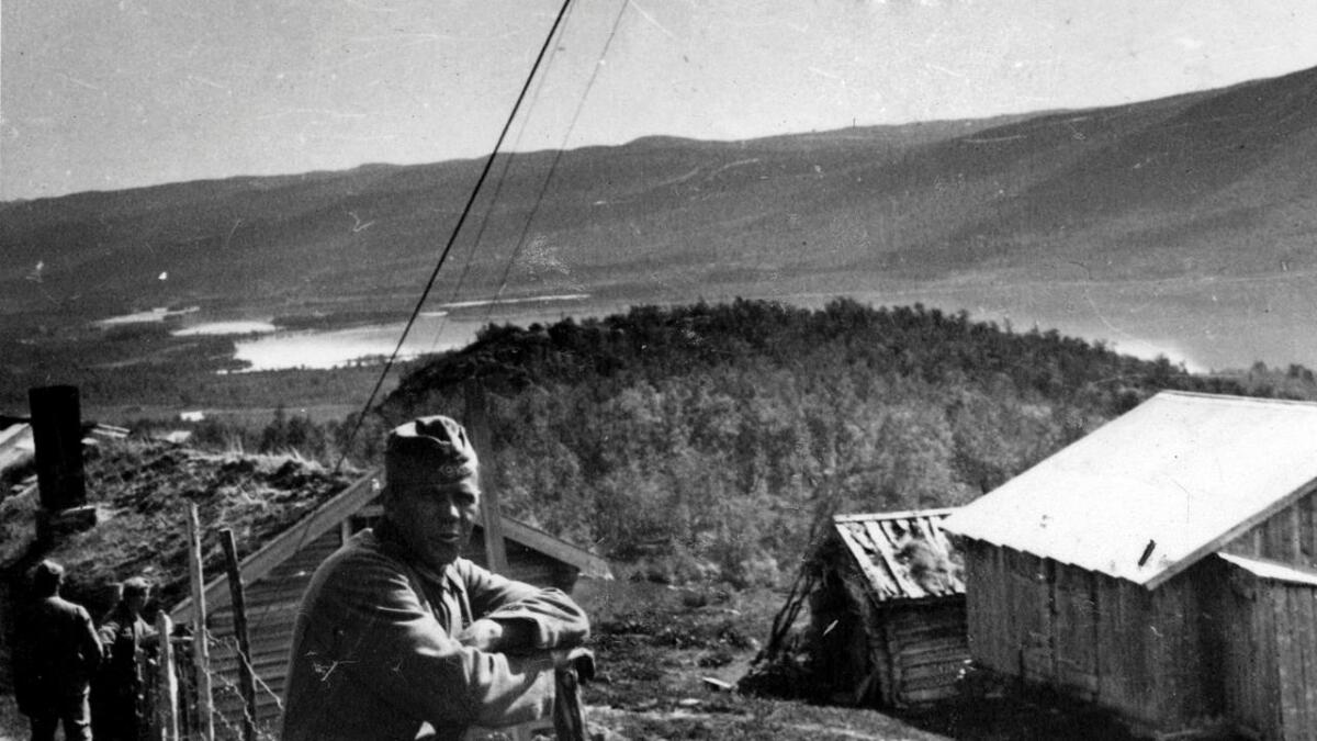 Tyskland var i krig med Norge, men soldatane hadde ikkje mykje å frykte første krigsåret. Her er ein tysk soldat fotografert ved Geilo ein sommardag i 1940. I bakgrunnen Ustedalsfjorden.