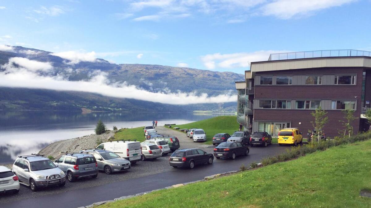 Situasjonsrapport frå området aust for Voss kulturhus sist veke. Villparkeringa rår, enn om området er regulert til friluftsområde.