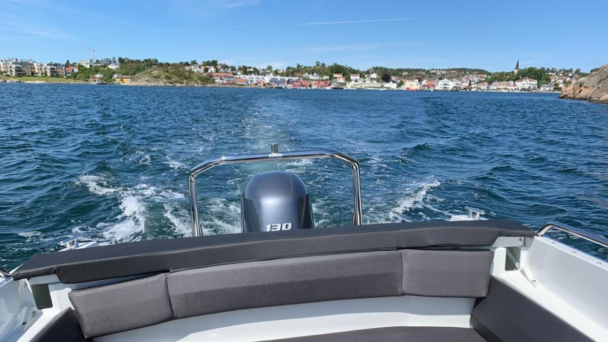 Fin buesofa i akterenden av båten, her kan man også supplere med bord eller lage solseng. Ekstrautstyr.