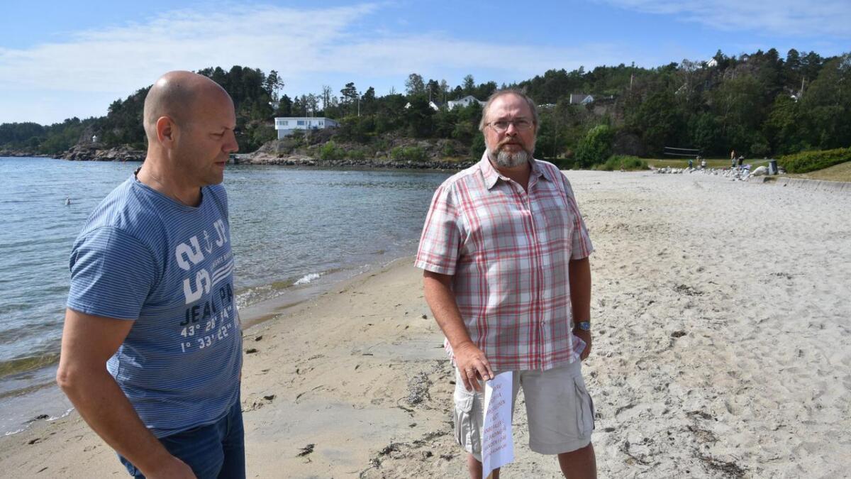 Kommuneoverlege Vegard Vige (t.h.) og Leif Johansen, fagleder for tekniske vann- og avløpsanlegg advarte mot å bade flere steder fredag. Nå skal det være trygt.