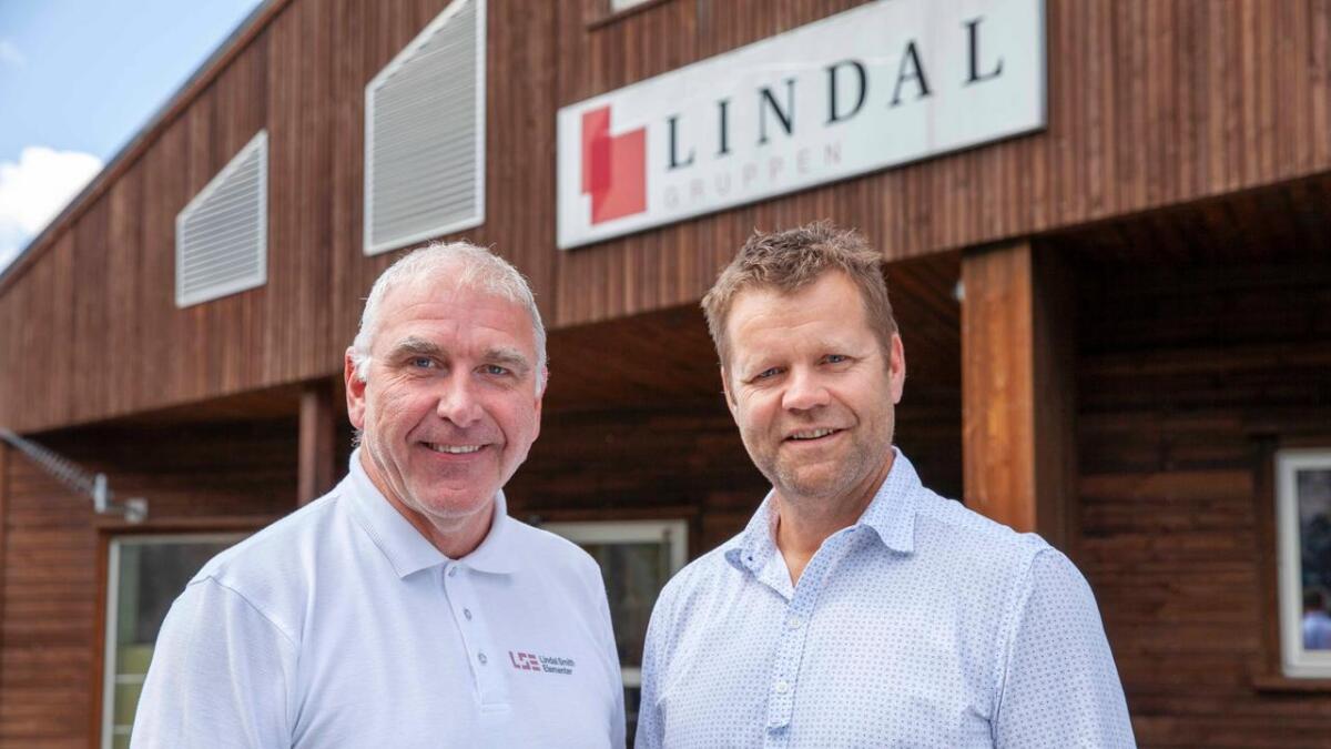 Kamperhaug Invest, her representert ved daglig leder Lasse Fosby (t.h.) har kjøpt seg inn i Lindal Gruppen. Her sammen med adm. dir. Jan Lindal.