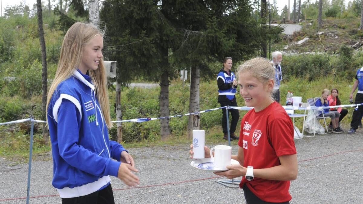 Elise Mobrenna tar imot sin premie. En deltakerkopp, et klassevinnerkrus og asjetten som bevis på at hun vant årets kvinneklasse.