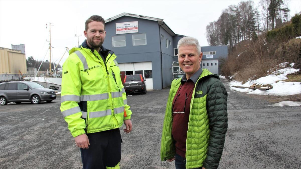 - Vi er veldig glade for å ha Roy Stian tilbake hos oss som fagingeniør, sier eier og daglig leder Jan Erik Berntsen t.h. Roy Stian Forsberg t.v.