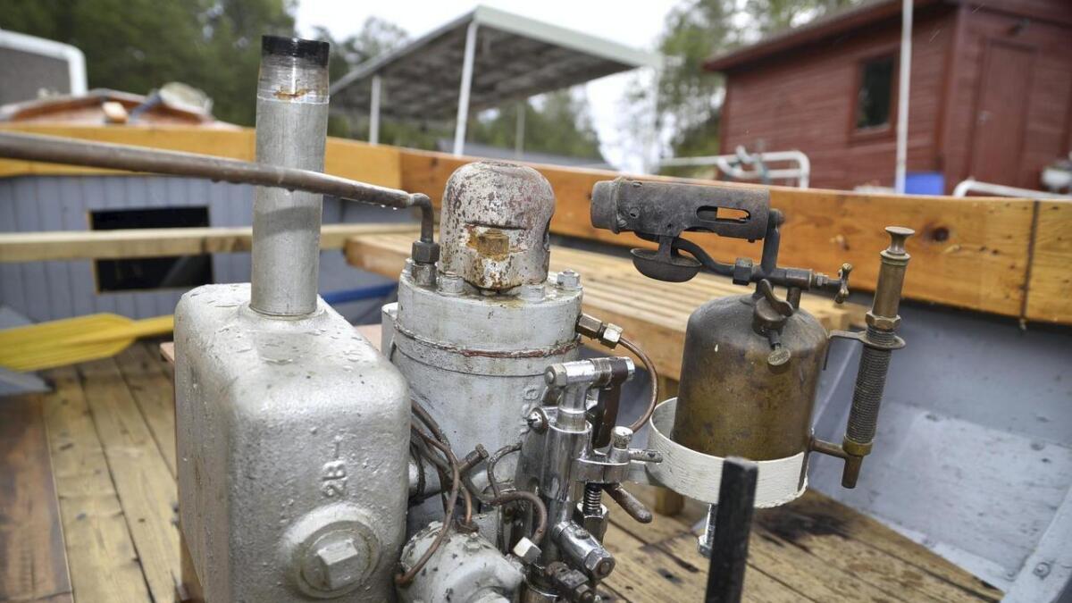 Wichmann-motoren er utstyrt med ein fyrlampe. Den må varma opp kula i toppen av motoren før han kan starta.