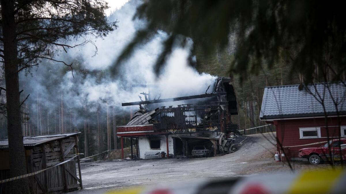 Bustadbrannen på Robru vart varsla klokka 19.18 måndag kveld. Klokka 15 tysdag steig det framleis røyk opp av restane etter det nedbrende huset.