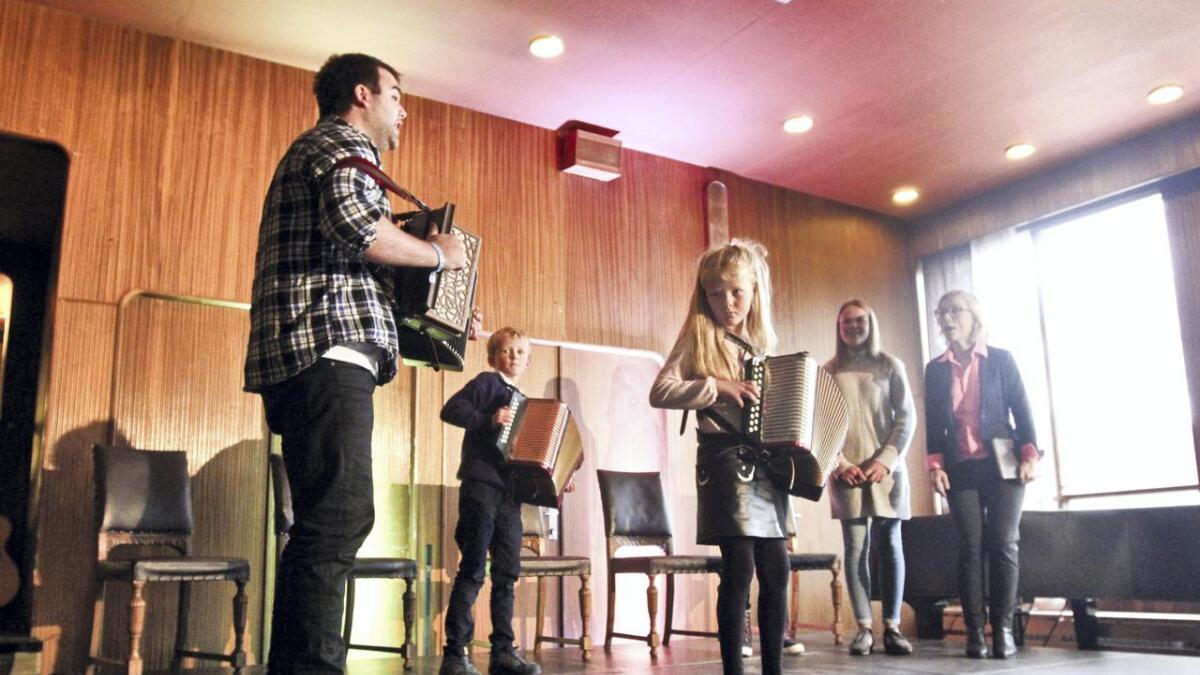 I samarbeid med hardingfela.no, inviterer Osafestivalen born og unge til kurs, konsertar, dansing og ein konsert der dei sjølve er musikarar. Her frå UngOsa i fjor.