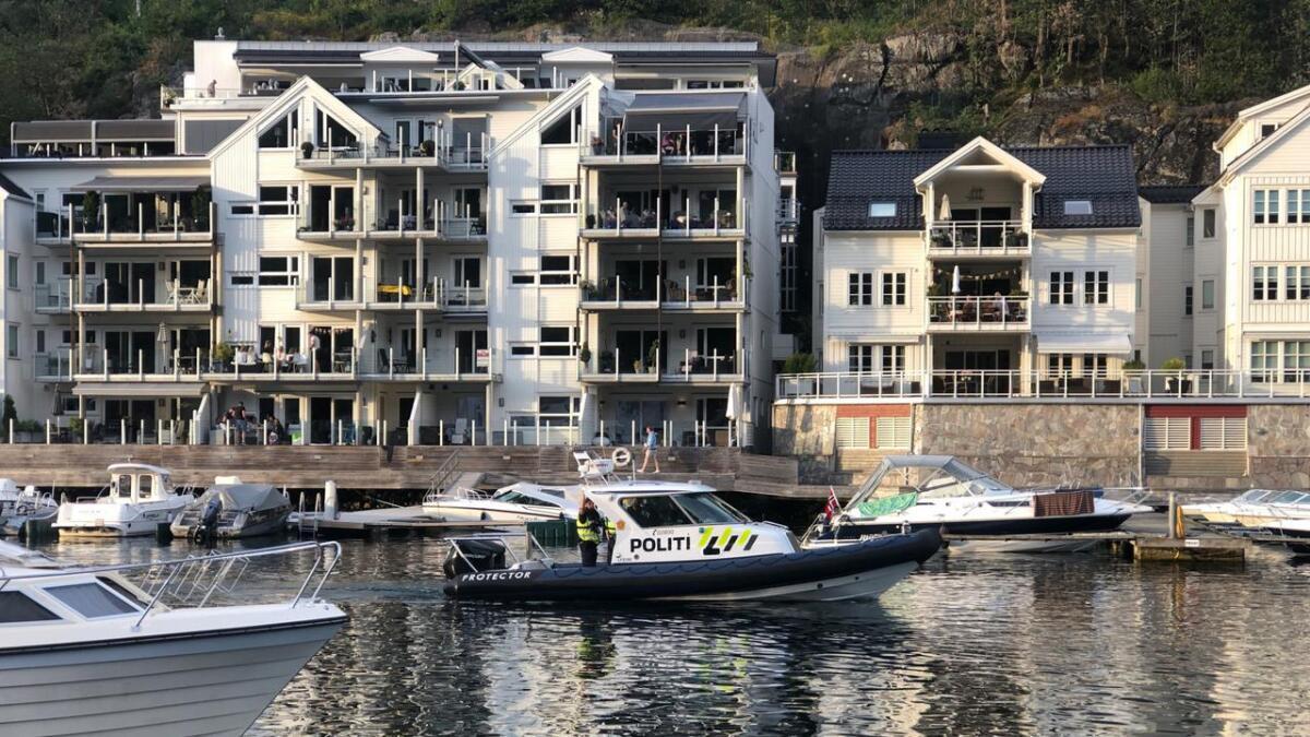 En ung beruset mann måtte tas med av politiet i Tvedestrand etter å ha forstyrret i sentrum lørdag kveld.