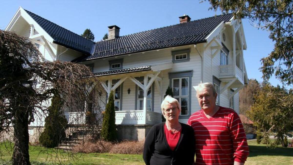 Solveig og Einar Knutson er en av to som i år mottar bygningsvernprisen for sin gamle gård Lunde. De har blant annet byttet taksteinene og malt hus og vinduskarmer i originale farger. Verandaen til høyre i bildet er det også brukt mye tid på å sette opp slik den opprinnelig var.