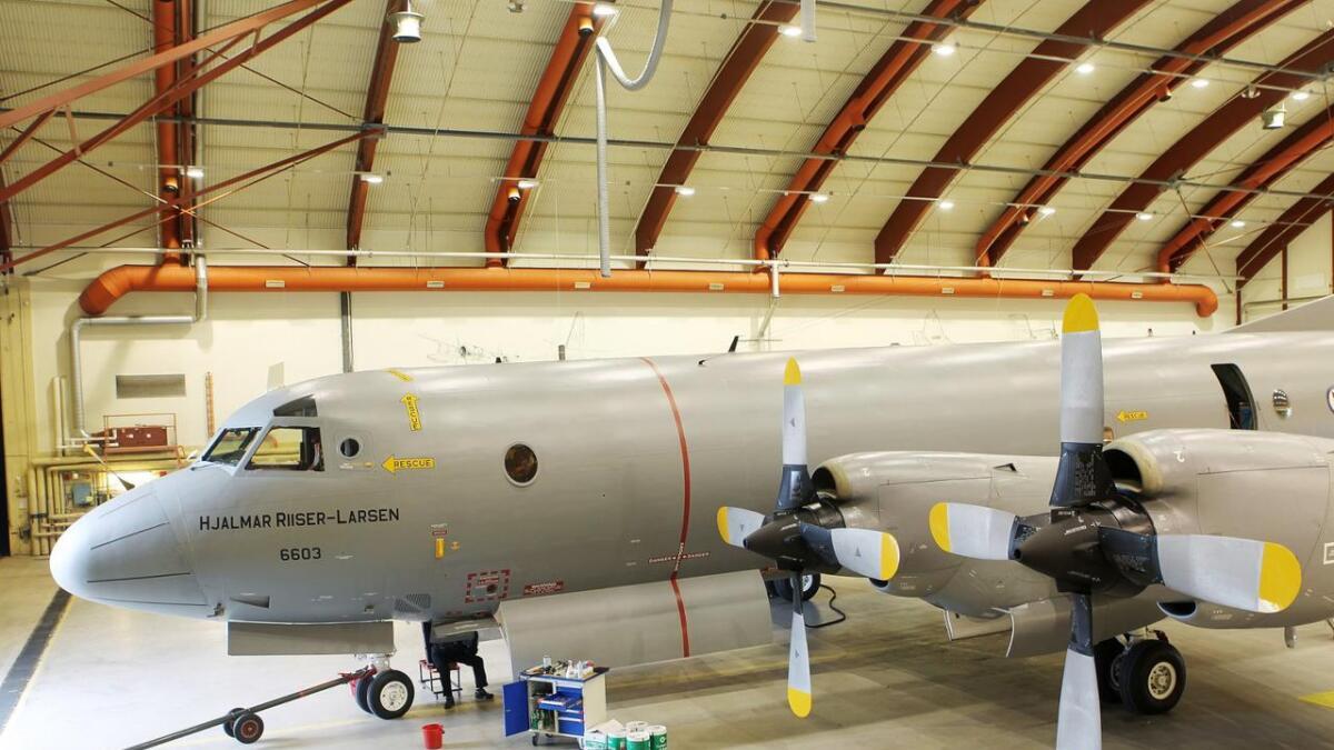 Orion P-3N flyet «Hjalmar Riiser-Larsen» fra 333-skvadronen i en hangar på Andøya flystasjon.