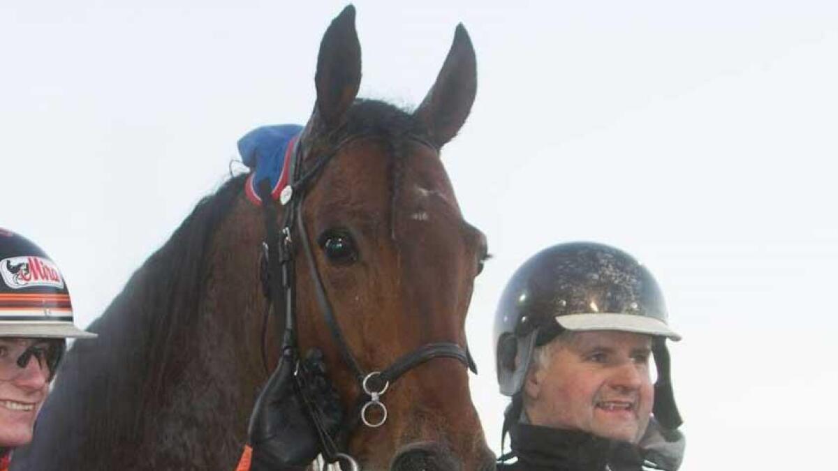 Lage (biletet) og May Britt Rosten har oppstalla og trent to av hestane som stiller til start i V75-løp på Forus Travbane på laurdag.