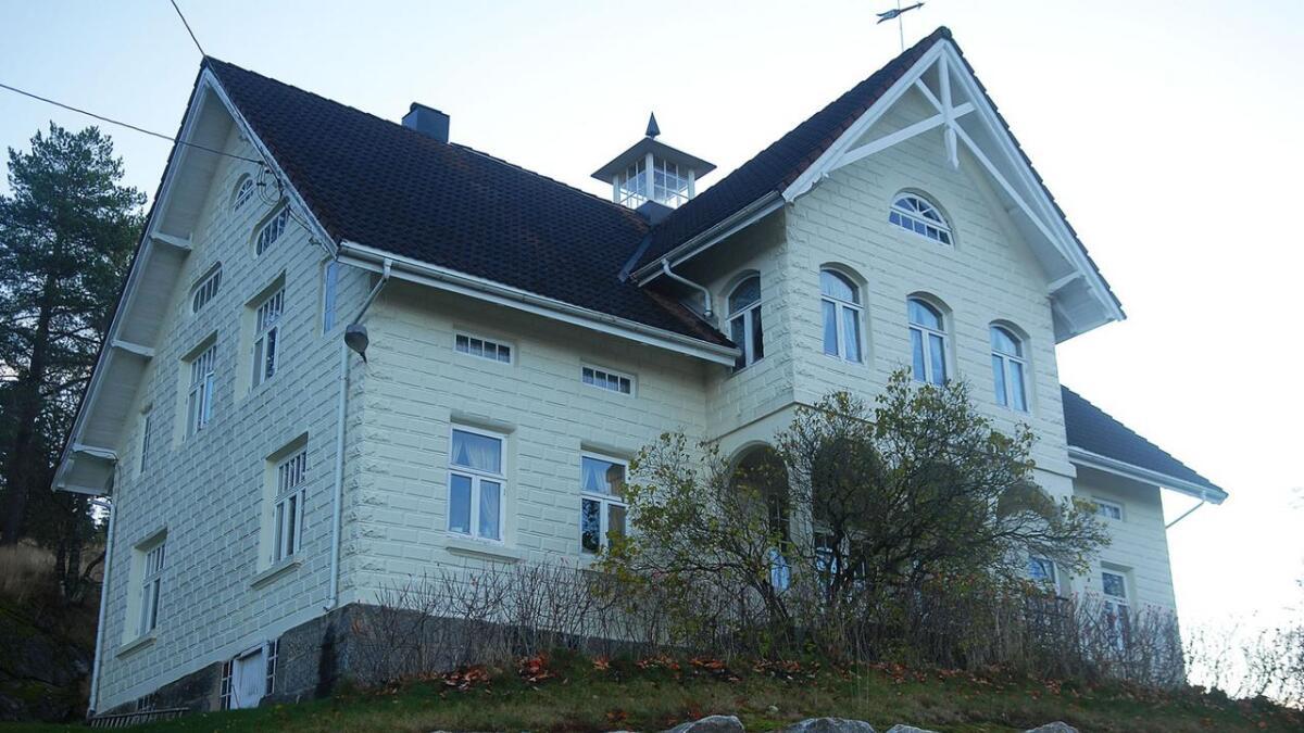 I Flatebygd, på oppsida av Grenneshaugen i ein sving på vegen mot Gautestad ligg dette særmerkte huset med tårn på taket. Det var stigeren Søren Østerhus som flytta inn der med familie og tenarskap like før jul i 1919. Huset er stort og romsleg, for i det daglege var dei 16 rundt bordet.